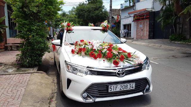 Kết quả hình ảnh cho Những kiểu đính hoa xe cưới ấn tượng
