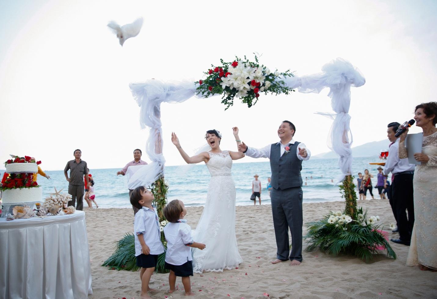Kết quả hình ảnh cho Trang điểm cô dâu khi tổ chức tiệc cưới ở biển